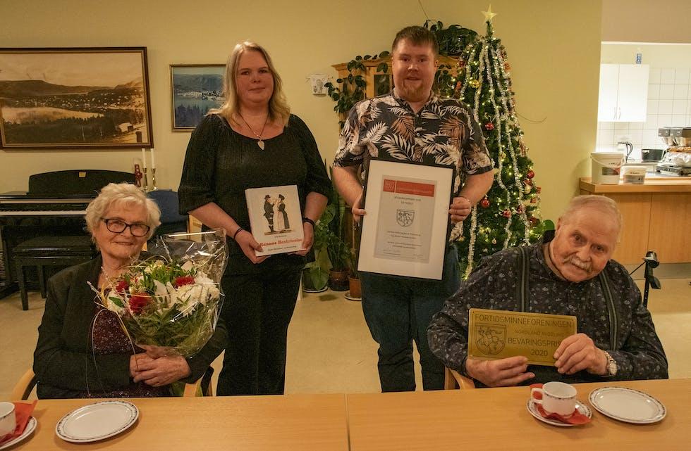 F. v.: Solfrid Thoresen, Marianne Thoresen, Stig-Martin Thoresen Arntsen og Bjarne Magne Thoresen med synlige bevis på at Reinforsmoen fikk Fortidsminneforeningens bvevaringspris for 2020.