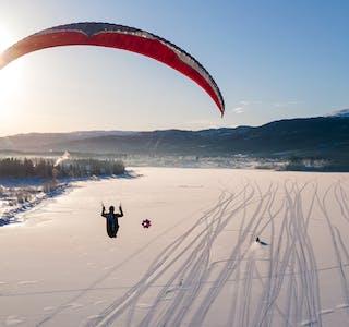 Polarsirkelen Hang- og Paragliderklubb brukte isen på Sørfjorden ved Bjerka til vinsjing. Her er Kjell-Harald Nesengmo på tur til værs.