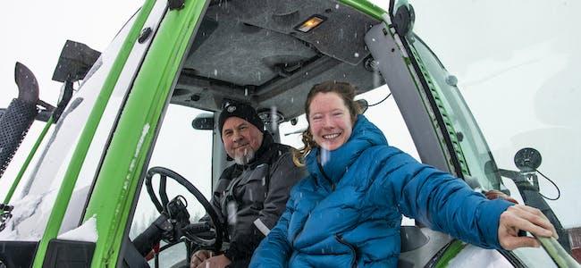Teresie Schafranek Solum Hommersand liker å få stadig nye erfaringer. I Kongsdalen fikk hun være med Pelle Eiterjord på fresing med traktor.