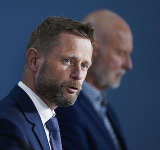 Helse- og omsorgs minister Bent Høie (t.v.) sier regjeringen vil komme med råd til fullvaksinerte personer på onsdagens pressekonferanse.