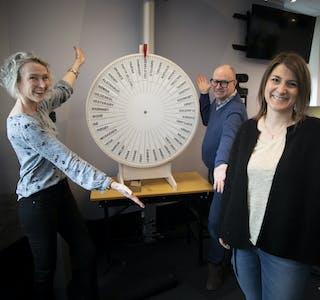 NRK Nordland jakter hverdagshelter ved hjelp av et lykkehjul. Fra v.: Radioprodusent Kari-Mette Skreslet og programlederne Martin Steinholt og Anneli Strand Drevvatne.