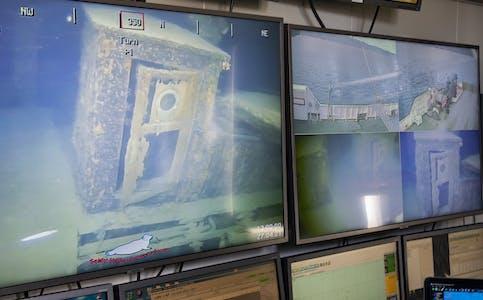 """Fra kontrollrommet i Nautilus Aldra viser skjermene detaljer fra skipsvraket DS """"Nordnorge""""."""