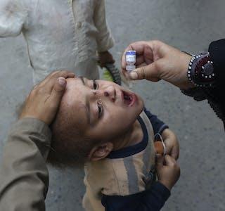 Et barn i Pakistan mottar vaksine mot polio. Vaksineringskampanjene mot denne sykdommen og andre er blitt bremset opp som følge av koronapandemien, som blant annet har forstyrret leverandørkjeder.
