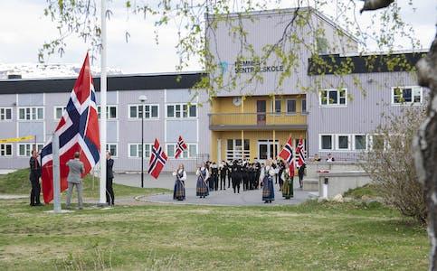 Dagen startet med flaggheising ved Hemnes sentralskole.