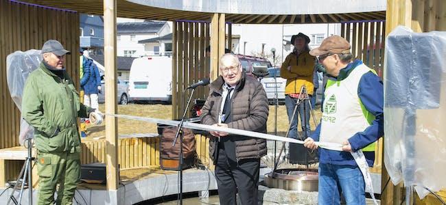 Ordfører Paul Asphaug sto for snorklippingen da Ring of Fire ble offisielt åpnet lørdag 8. mai. Her flankert av Rolf Arne Brendberg (t.v.) og Roger Stensen (t.h.).