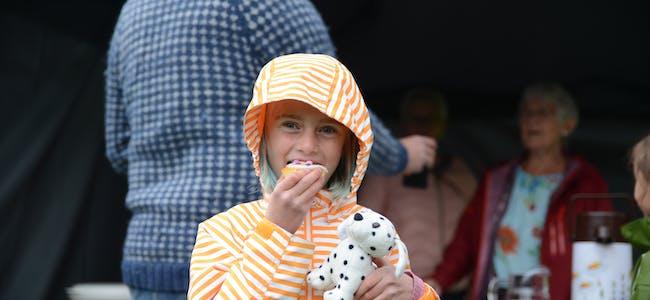 Lydia Kjelen (6) var fornøyd med å få spise muffins i Svartebukta.
