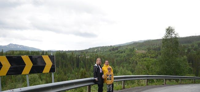 Tonje og Lene viser frem en av de farlige svingene på veien fra Valåmoen og ned mot brua over Valåga. Her måtte en lastebil for en tid siden legge seg av veien da den møtte skolebussen.