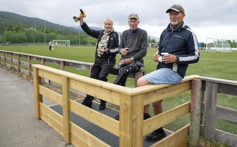 Hallvar Stien, Odd Helge Braaten og Jeffrey White koser seg med kaffe og vafler. De har nettopp gjort ferdig nytt inngangsparti til fotballbanen. Nå ønsker de flere til å dele på både arbeidsoppgaver og ha det moro sammen med i Fotballens Venner.