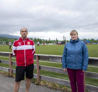 Ketil Fjeldavli Tuven og Renate Reinåmo ser fram til at Korgen Stadion blir omgjort til fotballskole i slutten av juni. Nå ber de lærevillige fotballspillere melde seg på.