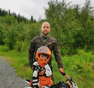 Kyrre S. Manelid er ny i miljøet, men har tatt vervet som leder i Hemnes Motorsportklubb. Her sammen med sønnen Falk.