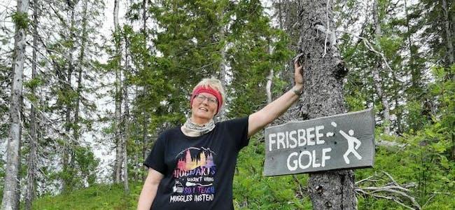 Mari Kristin Granmo er glad i å være ute, og står bak driften av frisbee-golfen på Finneidfjord.