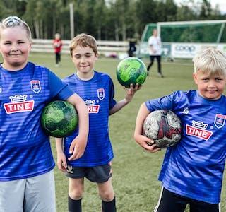 Victor Oksfjellelv, Sondre Fjeldavli Tuven og Julian Johansen Fredriksen gleder seg over å delta på fotballskole.