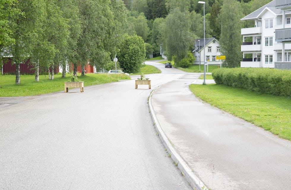 Blomsterkasser skal både forskjønne sentrumsområdet, og dempe farten på gjennomgangs-trafikken i Sentrumsveien i Korgen.