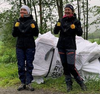 Anna Sofie Grunnvoll (til venstre) og Elise Paulsen Lund har bidratt til å fjerne store mengder plast og annet skrot i vassdrag i Hemnes.