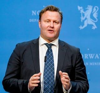 Assisterende helsedirektør Espen Nakstad på en pressekonferanse om koronasituasjonen.