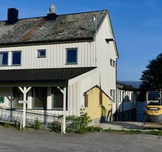 Hemnesberget legekontor er stengt mens det snekres og hamres for å lage en egen ambulanseinngang.