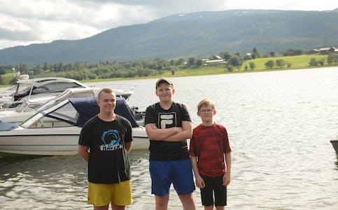 Ailo Fredriksen, Ole Nathaniel Birkelund og Kasper Tobias Birkelund er glade i å bade på Bjerka, men har den siste tiden ikke følt at det var rom for badegjester på Bjerkastranda.