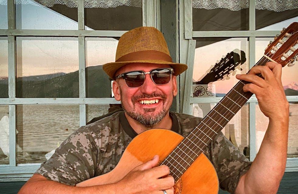 Holger Christian Sjåvik liker å ta frem gitaren, og har planer om å bruke litt tid på musiker-oppdrag i løpet av sommeren.