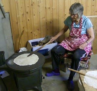 Liv Sørli steiker barkebrød som hun på forhånd har bakt.