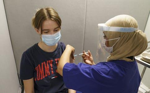 FHI regner med at 80 prosent av den voksne befolkningen er fullvaksinert om seks til åtte uker, slik at «viruset får hemmet sin spredningsevne betydelig». Her fra vaksinering i Oslo.