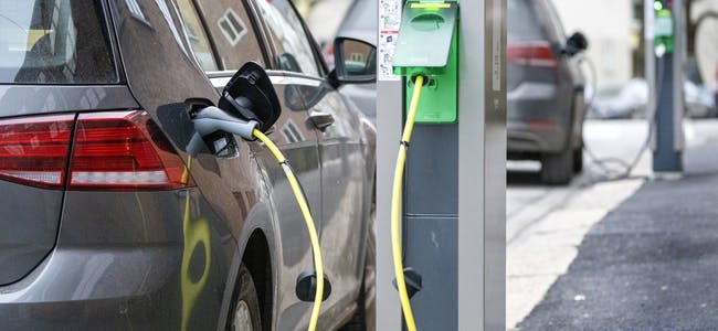 Flere nordmenn kan tenke seg å eie en elbil.