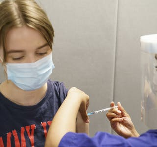 Alle over 18 år i Oslo har nå fått tilbud om første vaksinedose. Nå er det viktig at så mange som mulig i befolkningen mottar andre vaksinedose for å temme deltavarianten, ifølge FHI. (Arkivbilde)