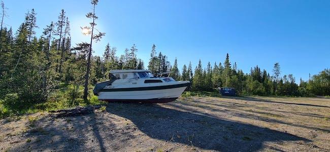 """Mach II er """"dumpet"""" på parkeringsplassen på Korgfjellet, over 300 m.o.h, og ingen vet hvem som eier den."""