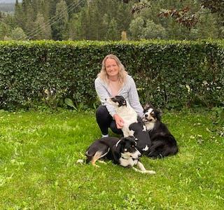 Edel Annie Tverberg er nyansatt journalist i Avisa Hemnes, og har stor glede av å ferdes ute i friluft sammen med hundene sine.