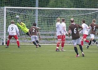 Selv når et frispark fra farlig hold tipper over muren og bortest i hjørnet er Mattis Bang Pedersen på ballen og forhindrer baklengs.
