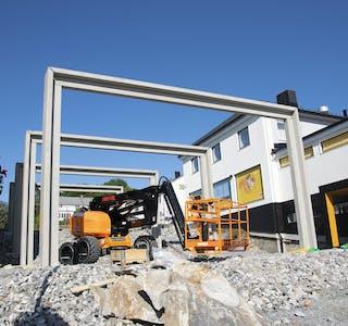 De store betongportalene som definerer selve utescenen er på plass, og justeringsstagene er fjernet.