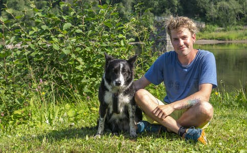 Eventyrgutten John Hobberstad sammen med hunden Kayla fikk et par dagers ufrivillig pause i Hemnes kommune.