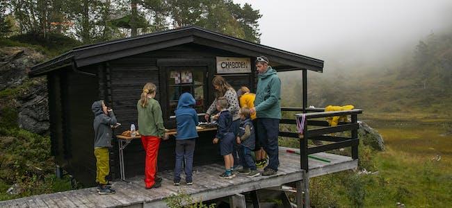 Selv om tåka lå tett, var det flotte forhold for fjelltur. Og ved «Chaboden» ble det servert kaffe, saft og kaker til de fremmøtte.