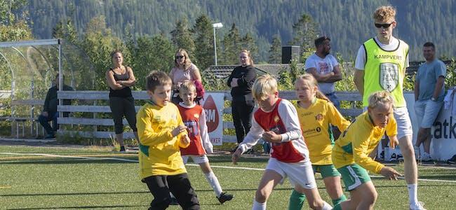 Lørdag formiddag (28.08) var det fotballfest i godværet på Hemnes stadion. Her er det spillere fra Hemnes IL og Bjerka IL som kjemper.
