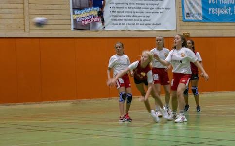 I anledning hundreårsfeiringa var spillere fra Hemnes IL og Korgen IL samlet til kommunal kappestrid.