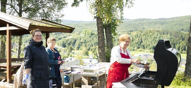 De tre frivillige synes det er fint å få glede andre med frivillig arbeid. fv. Iselin Målvatn, Bjørghild Reinåmo og Elsa Hoel. De stekte sild til beboerne i fjor også, og fant ut at det kunne de gjøre tradisjon av.