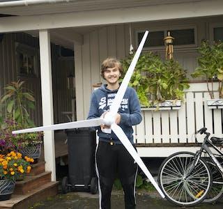 Benoni Solhaug har produsert den første vindmølla i Hemnes kommune.