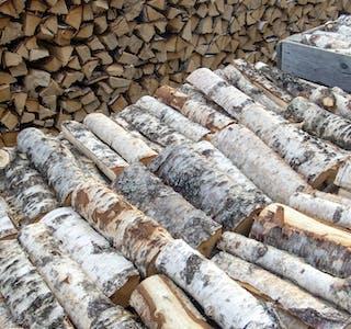 Byggevarekjeden Obs Bygg forventer også rekordhøyt salg av ved. I år har de bestilt 1.9 millioner vedsekker og 390.000 pakker med fyringsbriketter.