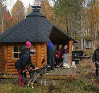 F.v Gitte Heggedal, Yvonne Bjørkmo, Marianne Thomassen med hund, Kari Thoresen, Randi Mastervik (inni gapahuk), Jarle Valen og Kurt Egil Bjørkmo.