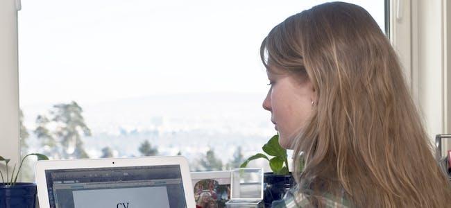 Undersøkelsen viser at fire av ti nordmenn syns det er vanskelig å skrive jobbsøknad. Særlig kvinner har vanskeligheter med å skryte av seg. (Illustrasjon)