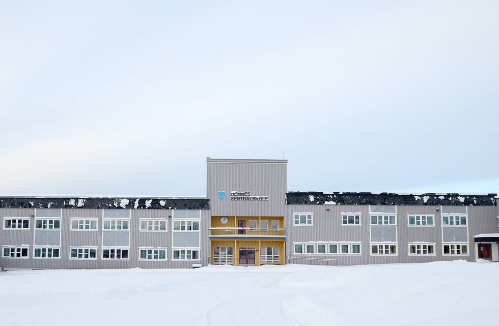 Ved Hemnes sentralskole har en ansatt testet positivt for Covid-19. Alle foresatte ved skolen har fått informasjon om situasjonen. (Arkivfoto)