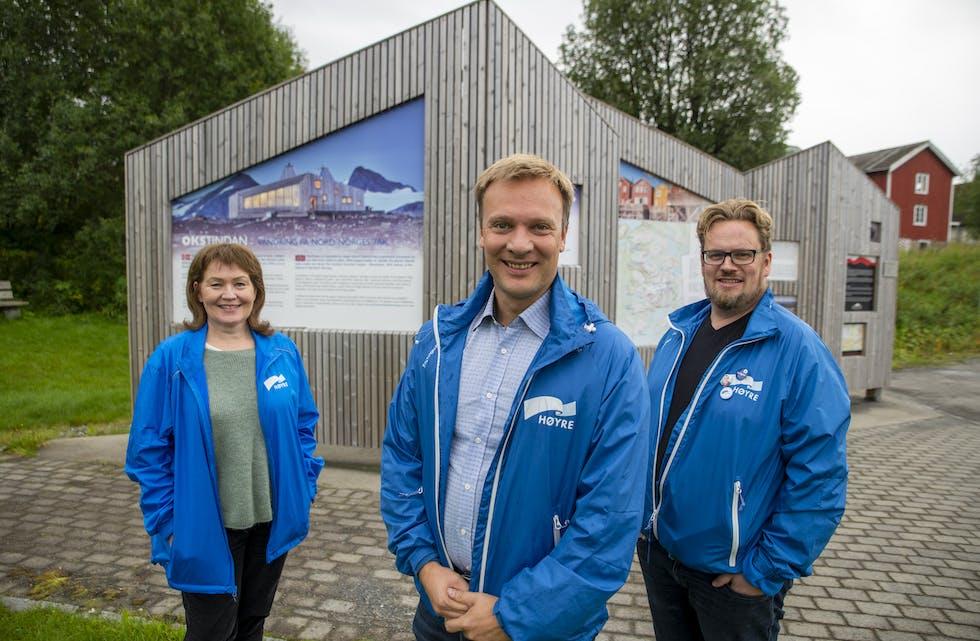 Anita Sollie, Bård Ludvik Thorheim og Jon Erik Graven har tidligere på dagen vært innom Tanken Arkitektur. I Korgen finner de spor av Tanken på kommunens informasjonstavler.