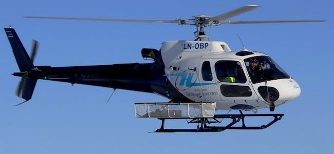 Midtnorsk helikopterservice gjennomfører årets befaring. Med seg i cockpiten har de en montør fra Linea.