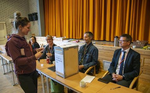 Her er det Maren Rønning Flatås som gjør sin borgerplikt, og leverer sin stemme i valglokalene på Hemnesberget.