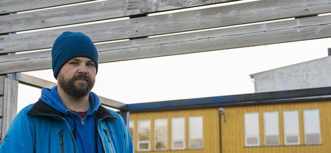 Kristoffer Møllevik synes det er trasig at det visuelle inntrykket av uteområdet ved Hemnes sentralskole kan være med på å gi barna følelsen av at det ikke er så nøye med å ta vare på ting.