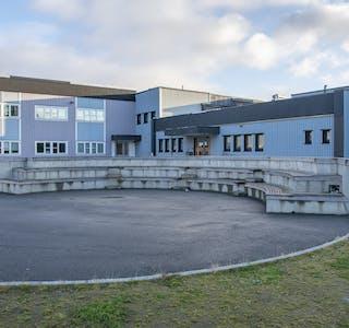 I 2018/19 fikk skoleplassen ved Hemnes sentralskole et solid løft, blant annet med et flott amfi.