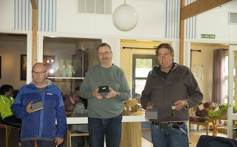 Bjørnar Brattland, Anders Bygdås og Torbjørn Pedersen fikk hver sin klokke for 25 års innsats på Hasvo.