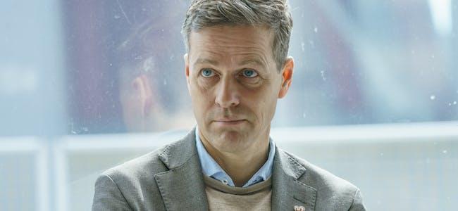 Samferdselsminister Knut Arild Hareide (KrF) deler ut flyplasspenger i nord noen dager før valget.