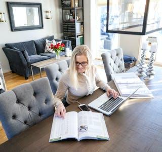 Flere store bedrifter lar fortsatt sine ansatte veksle mellom å være på kontoret og å jobbe hjemmefra. (Illustrasjonsfoto)