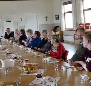 Omtrent 20 personer hadde tatt imot invitasjonen til et felles måltid på menighetshuset på Hemnesberget.