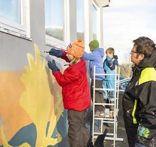 Yvonne Rosten (t.h) gir Iver Bang Vedal (T.v )utfordringer både på maleteknikk, farger og tanker bak valgene sine.  Bak jobber Torodd Bang Vedal og Isai Lauknes med vinduskarmene.